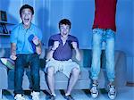 Geschrei Teenager vor dem Fernseher