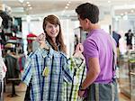Paar für Shirts im Shop einkaufen
