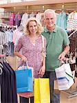 Couple, porter les sacs en magasin