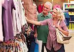 Couple shopping pour les vêtements en magasin
