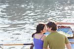 Paar küssen in Ruderboot am See