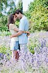 Couple souriant étreindre dans le parc