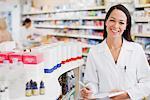 Apotheker stehen in Drogerie