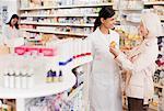Im Gespräch mit Kunden in der Apotheke Apotheker