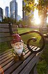 Gnome sur banc de parc, Vancouver, Colombie-Britannique, Canada