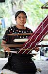Guatémaltèque fille vêtements de tissage sur métier à tisser, Huehuetenango, Guatemala