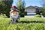 Gnome auf Rasen gefesselt in Ketten, Pentiction, Okanagan Valley, British Columbia, Kanada