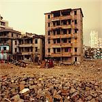 Bâtiments abandonnés et les débris avec des immeubles modernes en arrière-plan, Shenzhen, Chine