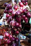 Un tas d'oignons rouges à un marché en plein air