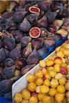 Figues et mirabelles à un marché en plein air