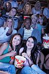 Jeunes femmes partage de pop-corn, regarder le film ensemble