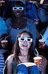 Personnes portant des lunettes 3-d, regarder un film en 3D dans le théâtre