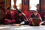 Moines lors de la cérémonie de fil sacré pour le défunt dans le monastère des Nations Unies Ura, Bumthang, Bhoutan