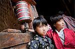 Participants et les spectateurs se préparent pour le Tsechu au monastère de Thangbi Mani au Bhoutan.
