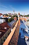Estonie, Tallinn, vue de la basse-ville de mur de la ville avec l'Eglise Oleviste en arrière-plan