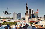 Estonie, Tallinn, vue du clocher de l'hôtel de ville avec des gratte-ciels du quartier des affaires en arrière-plan