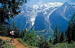 France, Haute-Savoie, Chamonix. Une tête walker le sentier sur la Tour de Pays du Mont Blanc en face du Mont Blanc au-dessus de Chamonix.