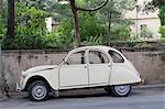 Provence, Frankreich. Eine alte Citroen auf der Straße in einer kleinen Stadt im ländlichen Frankreich