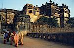 Le patrimoine architectural de cette capitale unique les Bundela Rajputs est parmi les plus exaltants dans l'Inde centrale. Ici des femmes de traversent le pont pour le Raj Mahal, qui, avec les autres bâtiments du palais, se lève sur une île de la rivière Betwa.
