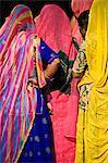 Frau im bunten Sari in Delhi, Indien