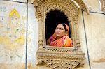Indien, Rajasthan, einlaufendes, Patwon Ki Haveli. Traditionell gekleideten gekleidete Dame schaut aus einem stark verzierten Fenster in der in einem erhaltenen Havelis der Stadt.