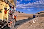 Camion voyageant sur la route de la vallée Indis de Leh à Likir, Ladakh, North West India