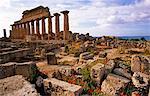 Italien, Sizilien Trapani. Selinunte ist eine verlassene antike griechische Stadt, mit einer Akropolis und zahlreiche Tempel Ruinen. Die Stadt wurde im siebten Jahrhundert v. Chr. gegründet und effektiv 409 v. Chr. zerstört. Selinunte liegt in der südwestlichen Küste Siziliens in der Provinz von Trapani, nahe der Grenze zur Provinz Agrigent.