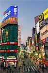 Les rues occupées néon allumé à l'extérieur de la gare de Shinjuku
