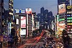 Le néon occupé allumé les rues à l'extérieur de la Station de Shinjuku, y compris le Park Hyatt Hotel, qui a été le film Lost in Translation