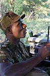 Malawi, sooo nice territoire faunique, Camp de Thawale. Un garde forestier parle dans son poste de radio talkie walkie.