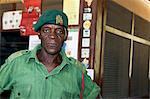 Malawi, haute vallée de Shire, Parc National de Liwonde. Un garde de parc national protège l'entrée.
