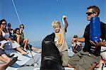 Afrique, Namibie, côte des squelettes, Walvis Bay. Une faune croisière un jeune garçon nourrit un poisson à une otarie à fourrure du Cap.
