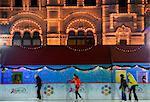 Russie, Moscou ; Jeunes, patin à glace en face de l'énorme centre commercial, la gomme, sur la place rouge en hiver