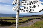 Île Tristan Da Cunha, capitale de la colonie d'Édimbourg. Un poteau de signe indiquant ses plus proches voisins, les îles Falkland.