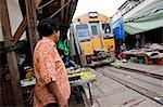 Ein Zug läuft durch einen Markt außerhalb Bangkok Thailand