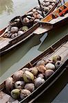 Bangkok, Thailand. Traditionelle Boote in einem schwimmenden Markt in der Nähe von Bangkok