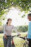 Paar mit Fahrrädern im Feld stehen