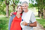 Le sourire permanent de couple avec bouteille d'eau
