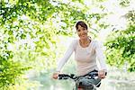 Souriant vélo femme