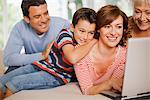 Famille multigénérationnelle l'utilisation conjointe de l'ordinateur portable