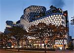 Extérieur de Iluma shopping et complexe en Sinagpore par WOHA cinématographique. Éclairage de façade de réalités unie. Terminé novembre 2009. Architectes : WOHA