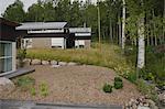 Maison avec des bois et pré jardin lumière terne. Architectes : Landstrom Arkitekter