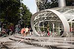 Entrée au niveau de la rue MRT et ION Orchard Centre commercial de Benoy et RSP Architects Planners & ingénieurs. Situé sur Orchard Road à Singapour, il a ouvert en juillet 2009. Architectes : Benoy et RSP architectes urbanistes et ingénieurs
