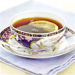 Tasse schwarzer Tee mit Zitrone