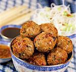 Thai Schweinefleisch Bälle mit eintauchen Saucen & Nudeln