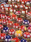 Chapeaux colorés de prière pour la vente au marché de rue à Urumqi, gros plan