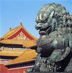 Statue de lion en bronze devant sur les toits de la cité interdite
