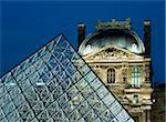 Detail die Glaspyramide vor dem Louvre-Museum in der Dämmerung.