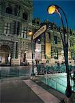 Eingang zur u-Bahn-Station außerhalb der Louvre.