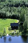 Vue du chalet, à côté de la forêt et le lac, vue aérienne